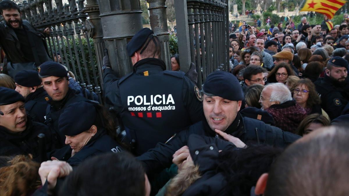 Policía Nacional y Mossos, impiden el acceso al Parc de la Ciutadella.