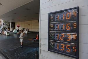 Precios de los carburantes expuestos en una gasolinera de Barcelona.