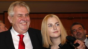 El presidente checo, Milos Zeman, abraza a su hija tras ganar las elecciones en el 2013.