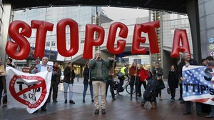 Protesta en Bruselas contra el tratado comercial euro-canadiense CETA.