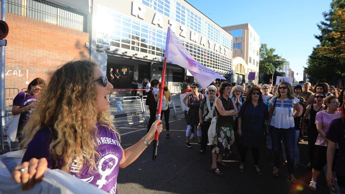 Protesta de mujeres ante la sala Razzmatazz, este lunes.