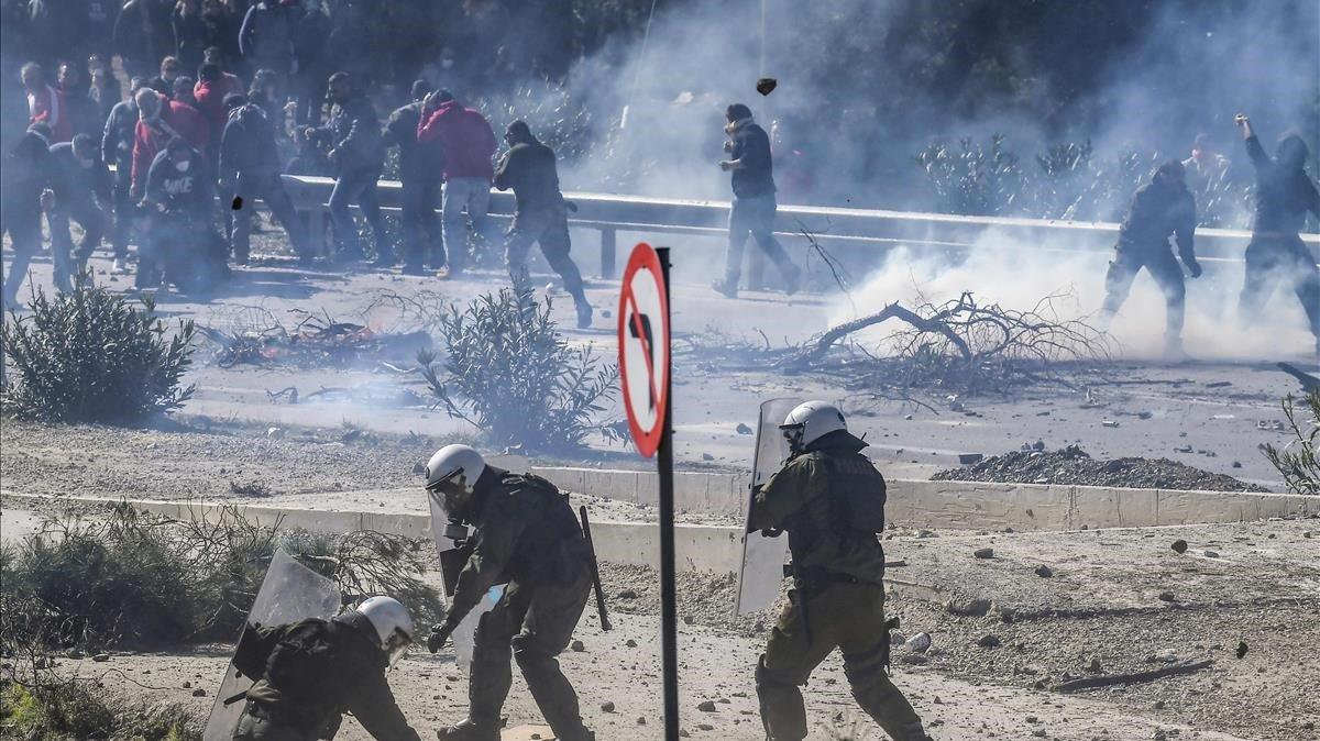 Decenas de policías heridos en Grecia