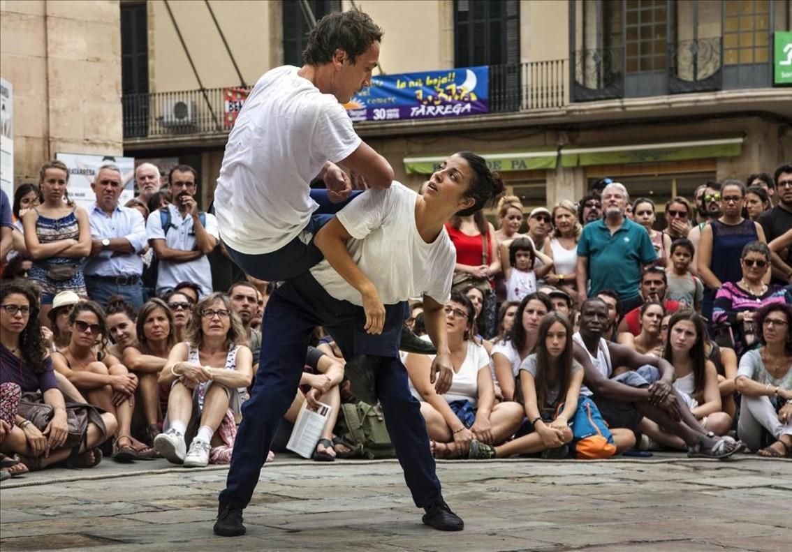 El público abarrota la plaza para ver la obra de Joan Català.