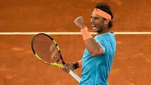 Rafael Nadal celebra un punto ganador contra Stefanos Tsitsipas, en la semifinal del Mutua Open de Madrid.