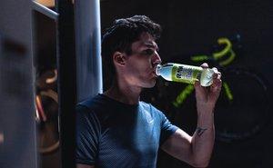 Imagen promocional de la bebida isotónica 100% ecológico Raw Super Drink.