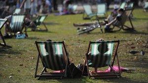 Personas tomando el sol en Hyde Park, Londres, en una imagen de archivo