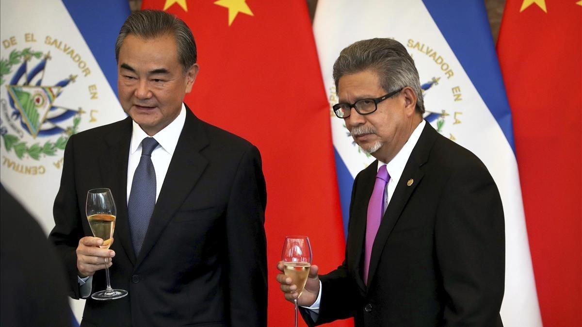 El ministro de Asuntos Exteriores de China,Wang Yi (izquierda), y el deEl Salvador,Carlos Castaneda, brindan por el establecimiento de relaciones diplomáticas en Pekín.