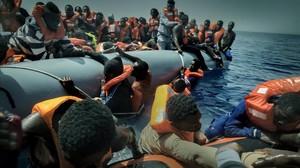 Rescate en alta mar de una barca repleta de inmigrantes y refugiados africanos, en aguas de Libia, este verano.