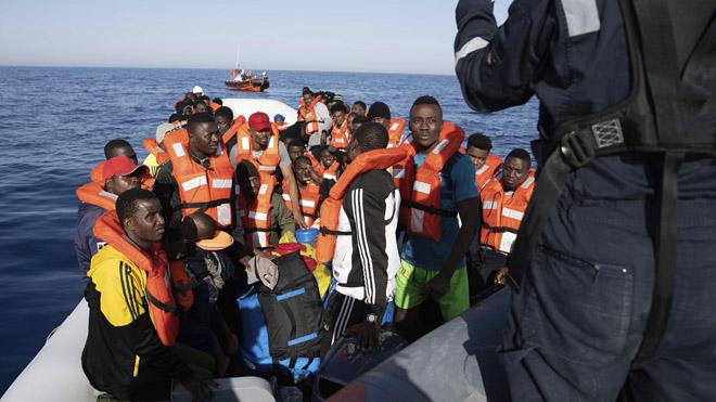 Dos barcos con 280 migrantes rescatados esperan puerto en Italia o Malta
