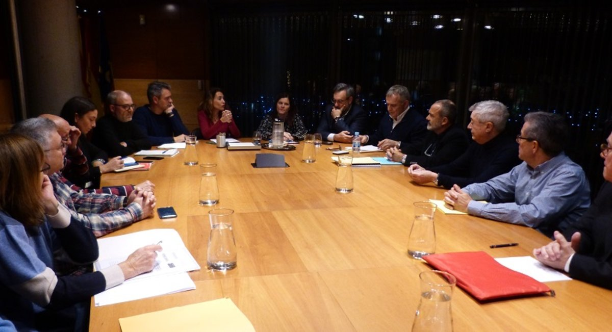 Reunión entre los ayuntamientos de Gavà y Castelldefels con entidades vecinales por la ampliación del aeropuerto de Barcelona.