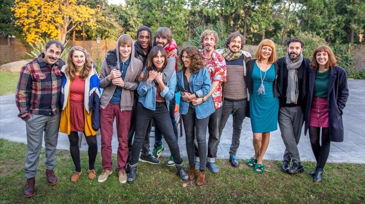 Los actores de la serie de TV-3'Benvinguts a la família' presentes en el rodaje que visitó la prensa.