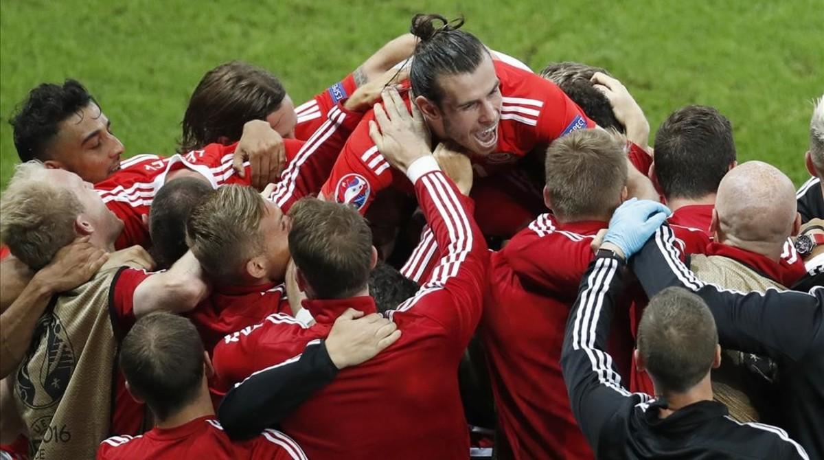 La selección galesa, con Gareth Bale arriba, celebran el pase a las semifinales de la Eurocopa.