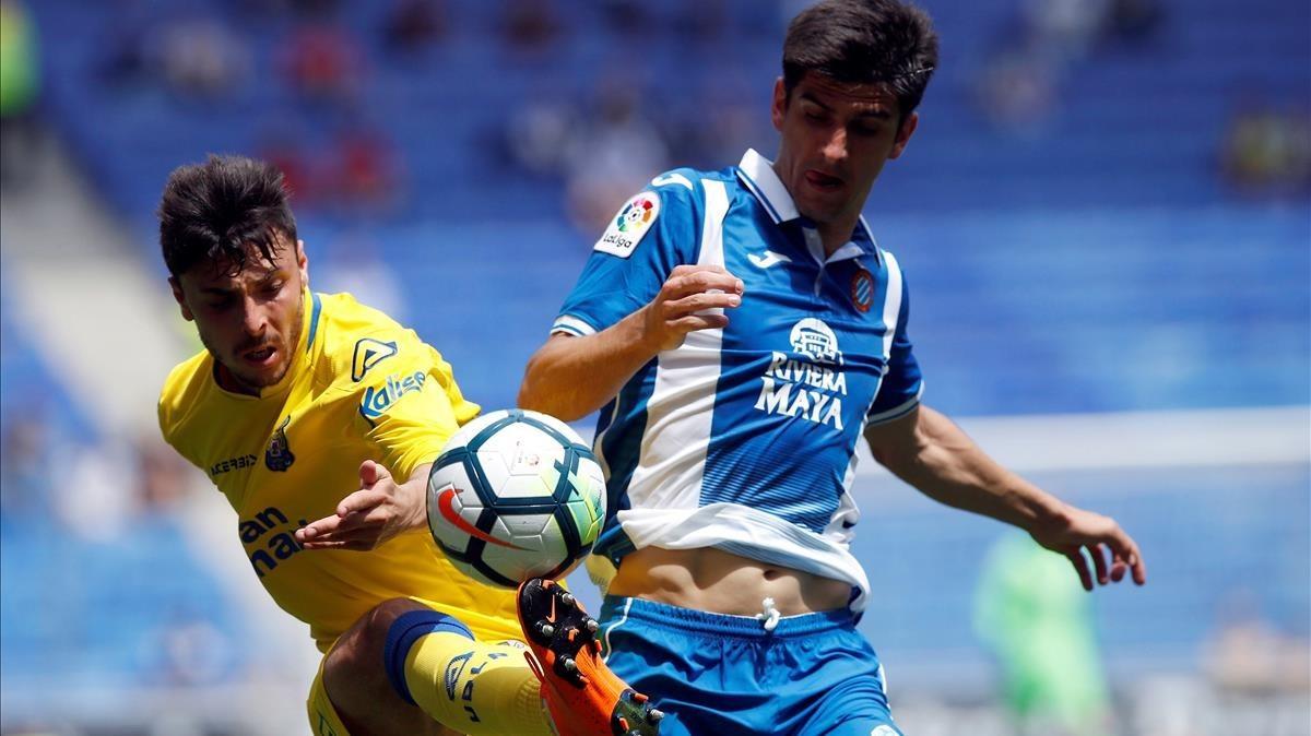 Gerard Moreno pugna por un balón con Ximo Navarro.