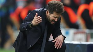 Simeone se lamenta durante el partido contra el Leverkusen.