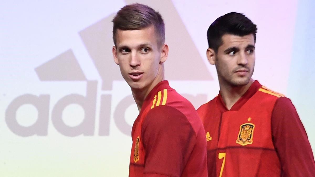 Olmo, junto a Morata, en la presentación de la nueva camiseta de la selección.