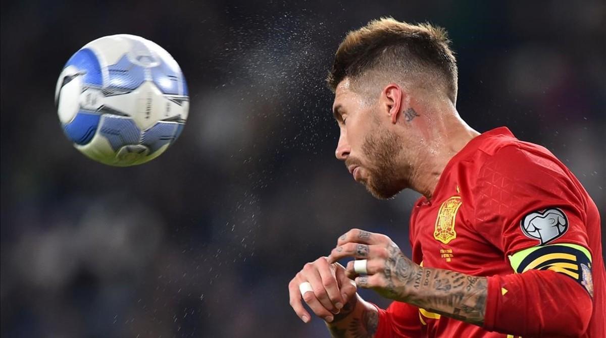 Sergio Ramos cabecea durante el Italia-España disputado en Turín.