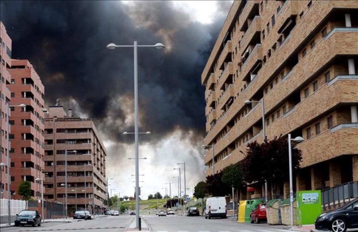 Incendio del cementerio de neumáticos de Seseña visto desde el barrio de El Quiñón, construido por 'El Pocero'.
