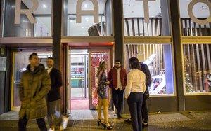 Sessió de discjockeys en el bar del Hostel Generator de Gràcia.