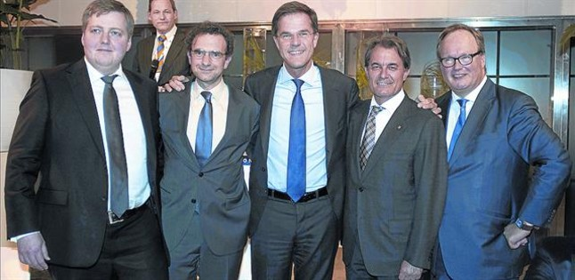 Sigmundur Gunnlaugsson, primer ministro de Islandia, y a su izquierda otros políticos como Artur Mas en una convención de Rotterdam.
