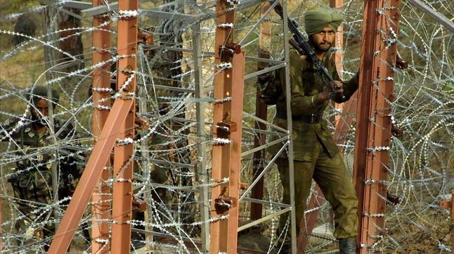 Un soldado indio patrulla por un punto cercano a la Línea de Control que divide Cachemira entre la India y Pakistán.