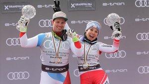 El suizo Beat Feuz y la austriaca Nicole Schmidhoferbromean en El Tarter con los globos de cristal conquistados como líderes de la temporada en descenso.