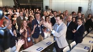 El presidente del Gobierno, Mariano Rajoy, saluda a los asistentes al acto de clausura de la Conferencia Intermunicipal del PP en Zaragoza.