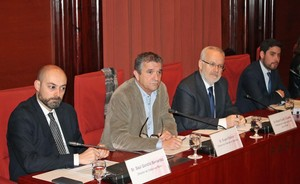De izquierda a derecha, SaülGordillo yEugeni Sallent, directores de Catalunya Ràdio y TVC, y BrauliDuart, presidente de la CCMA.