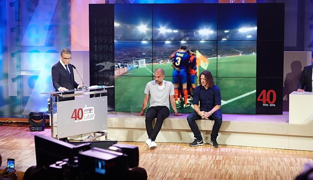 Puyal, con Puyol y Guardiola sentados, en el acto de los 40 años de la TdP.