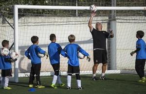 Niños en un entreno de fútbol, tras salir del colegio. La reforma horaria aconseja que las extraescolares empiecen sobre las cinco de la tarde.