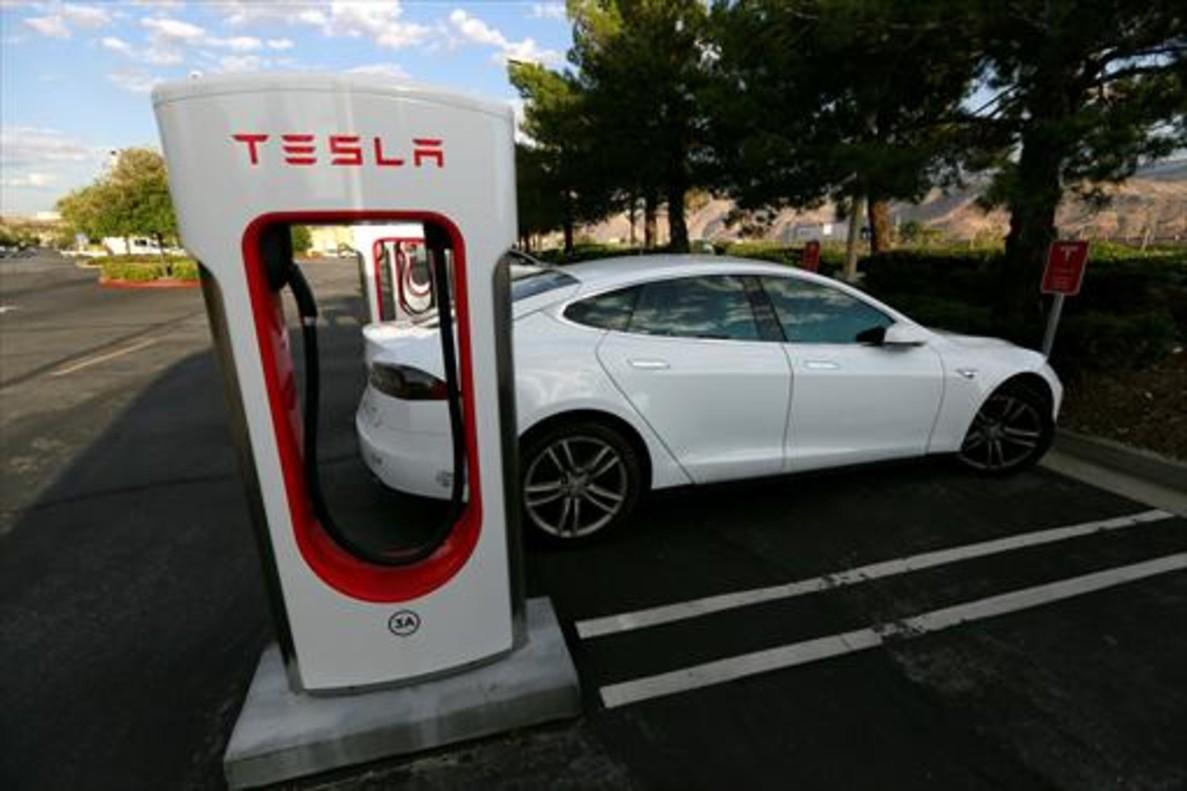 Un Tesla S conectado a un punto de recarga en California.
