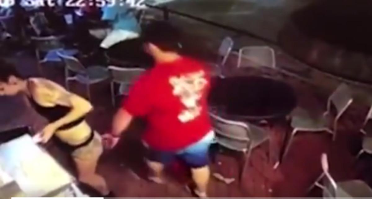 La valiente reacción de una camarera cuando un hombre le toca el culo