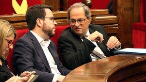 Torra habla con Aragonès, durante el pleno del Parlament.