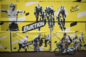 Un enorme cartel del Tour luceen una de las calles de Niza, donde este sábado comenzará la carrera.