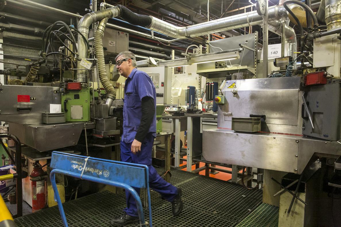 Trabajadoren la planta de de la fábrica Delphi de Sant Cugat.