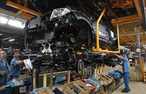 Trabajadores de la planta Nissan en la Zona Franca de Barcelona