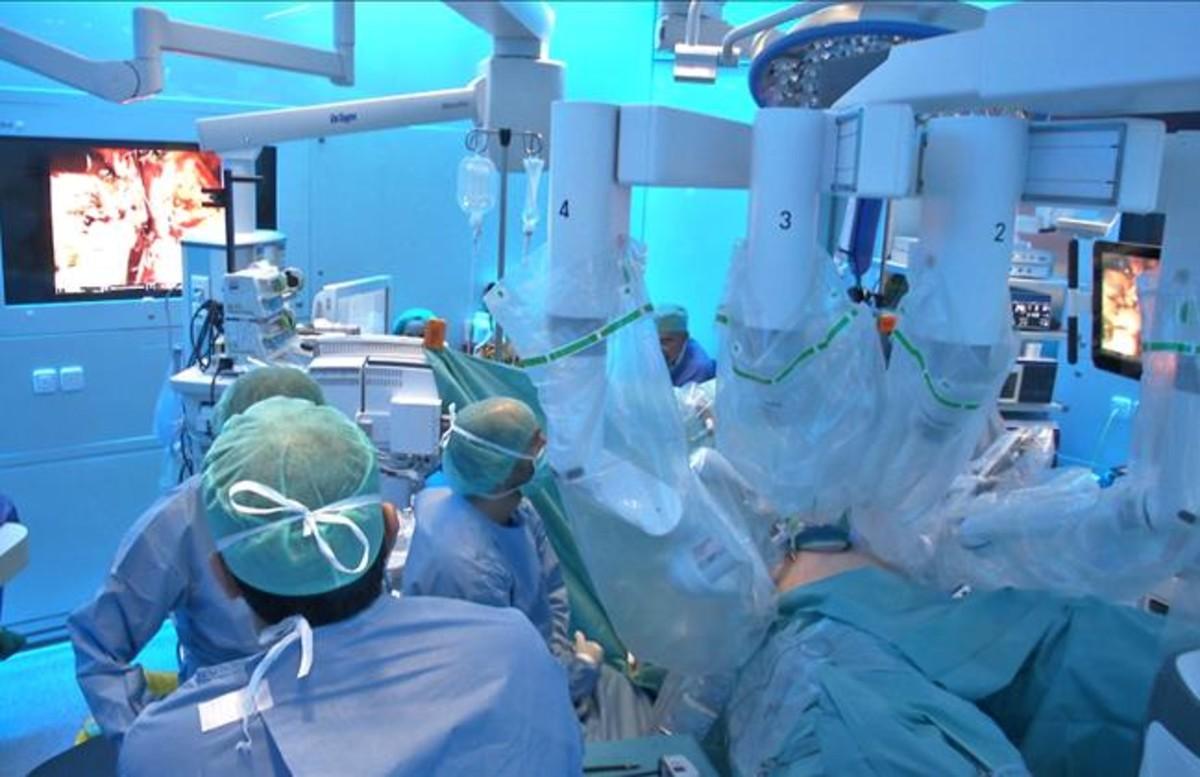 Personal sanitariocuidando a un paciente en el hospital.