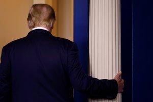 Trump abandona la sala de prensa de la Casa Blanca tras su discurso, este jueves.