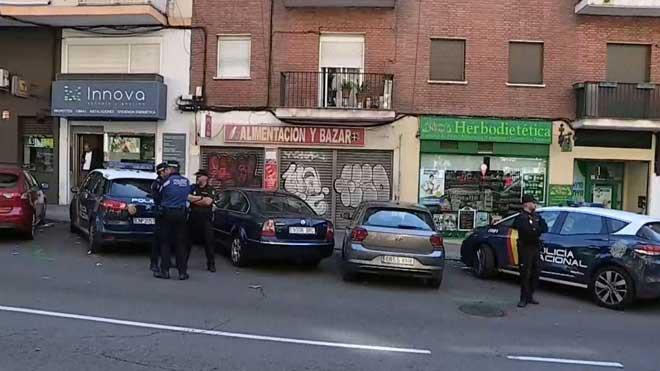 Una mujer y su hija de 2 años, graves al caer desde un segundo piso en Madrid.