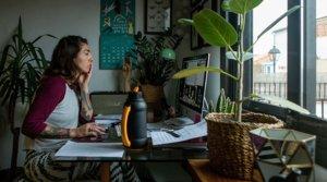Una mujer teletrabaja desde su casa el lunes 16 de marzo,primer día laboral de aplicación del decreto de alarma.