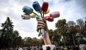 La polémica obra de Jeff Koons instalada en París en memoria de los ataques yihadistas del 2015