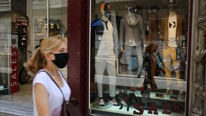 Una tienda de Barcelona en rebajas, con los maniquís con mascarillas, el 31 de julio pasado.