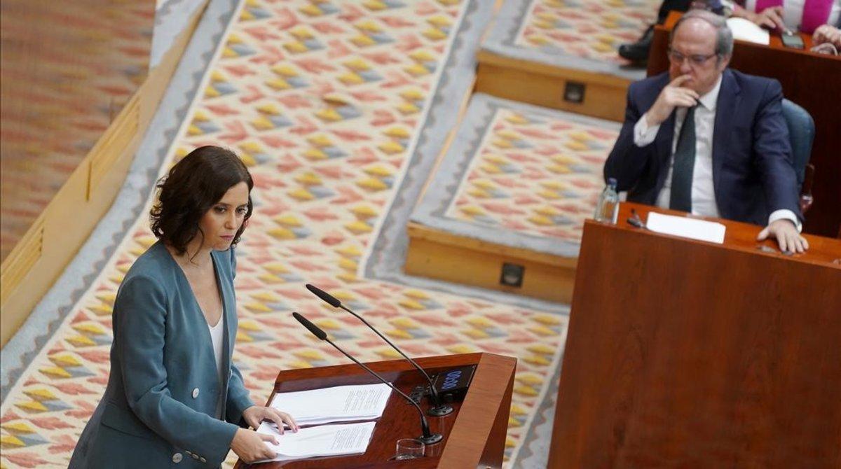 La candidata a la presidencia de la Comunidad de Madrid, Isabel Díaz Ayuso, y el líder del PSOE madrileño, Ángel Gabilondo, en el debate de investidura