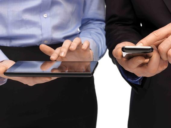 Usuarios utilizan las aplicaciones de su 'smartphone'.
