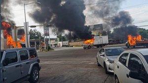 Vehículos incendiados durante un enfrentamiento de grupos armados con las fuerzas federales en Culiacán,en el estado mexicano de Sinaloa.