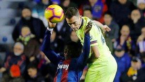 Vermaelen cabecea ante la presencia de Boateng, el delantero del Levante.