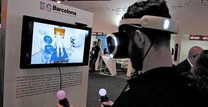 Un visitante del MWC simula participar en una operación a distancia con ayuda de la tecnología 5G, el miércoles en el MWC.