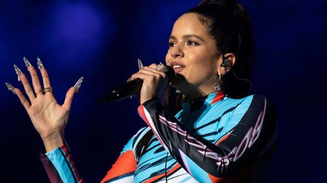 Vox replica a Rosalía que solo los millonarios pueden no tener patria. En la foto, la cantante en uno de sus conciertos en Estados Unidos.