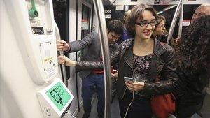 La concejala de Movilidad, Mercedes Vidal, en un vagón de metro, el año pasado.