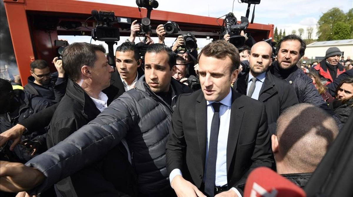 Macron, durante su visita a la factoria de Whirlpool en Amiens.