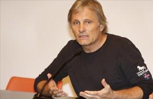 Viggo Mortensen fitxa per Òmnium Cultural
